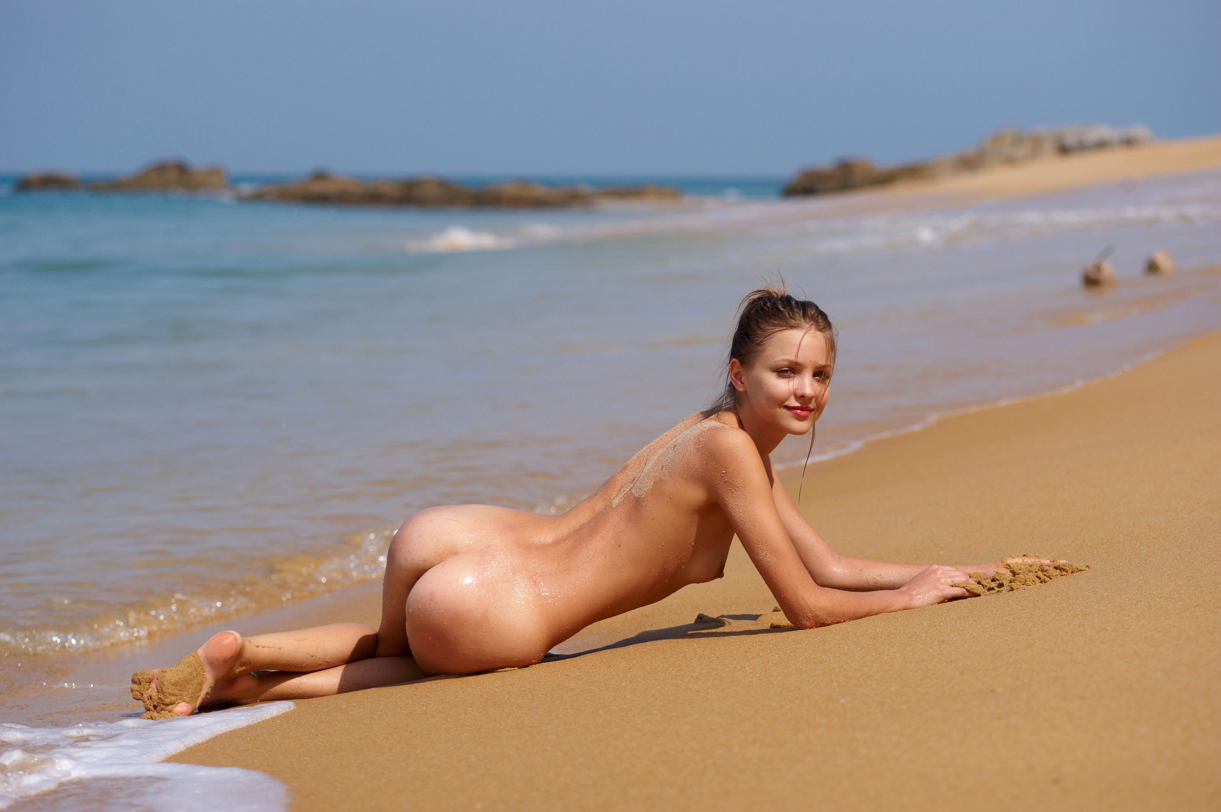 Naked girl in the beach — pic 15
